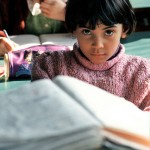 Estudiante - A girl reads (World Bank - Creative Commons)